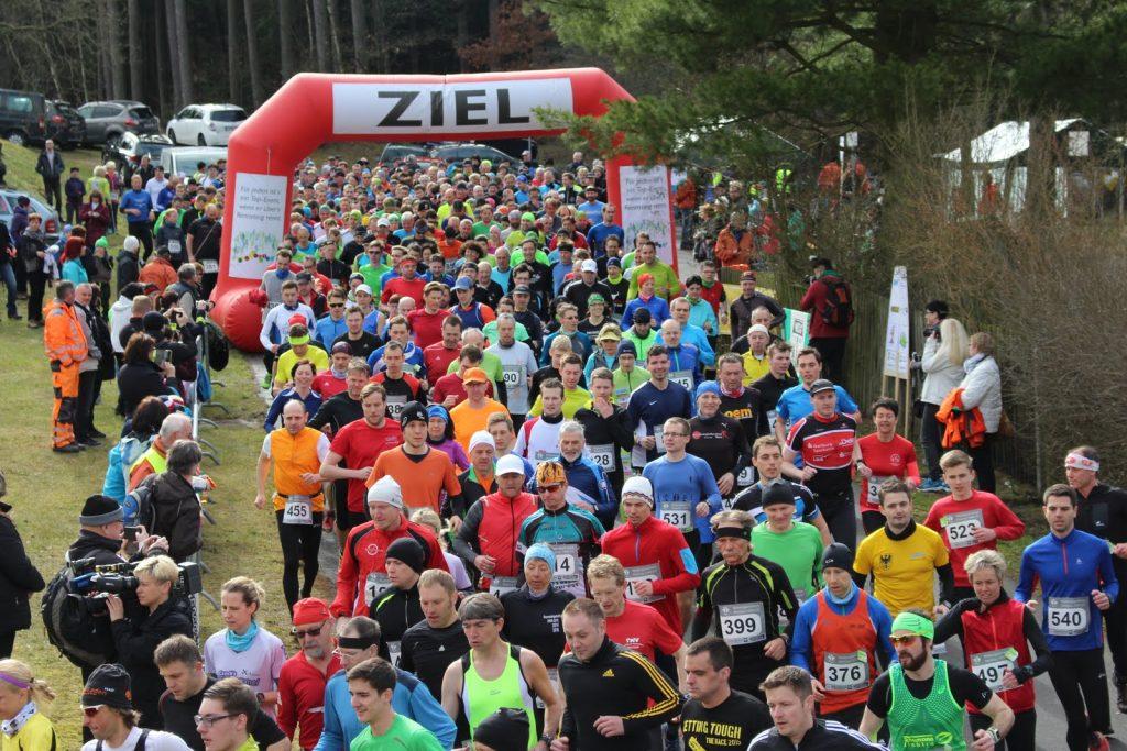 Die Läufer begeben sich auf die Strecke rund um die Talsperre Heyda.