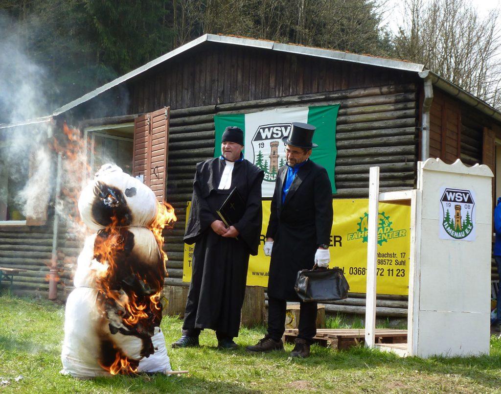 Lothar und Werner bei der traditionellen Abwinterzeremonie vor der Vereinshüttel im Gabelbach.