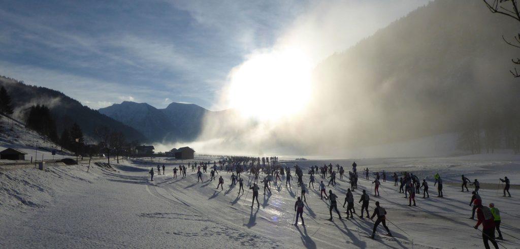 Die Skiläufer kurz nach dem Start am Morgen beim König-Ludwig-Lauf in Ettal.